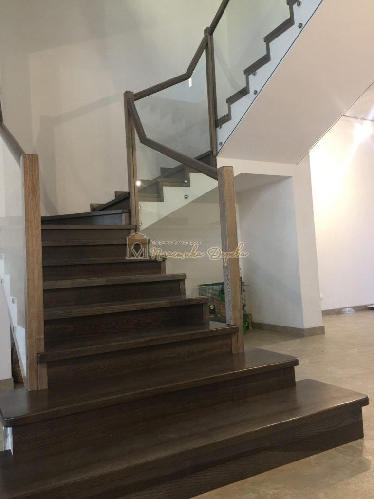 Фото 1 комбинированной лестницы со стеклянным ограждением
