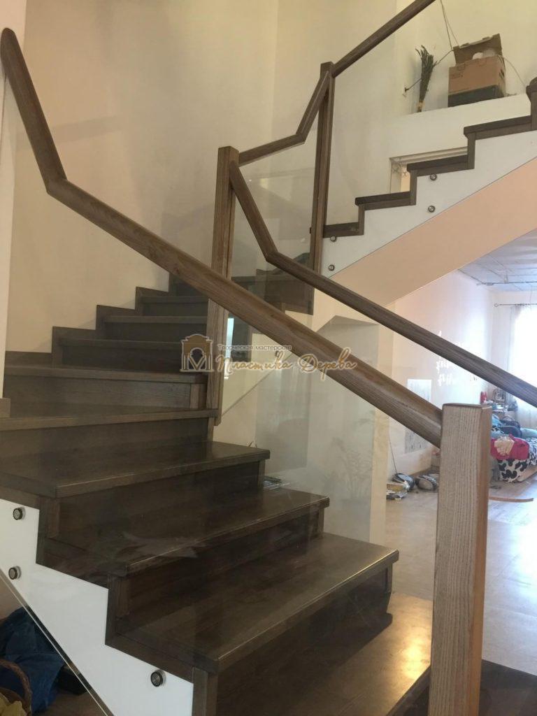 Фото 2 комбинированной лестницы со стеклянным ограждением