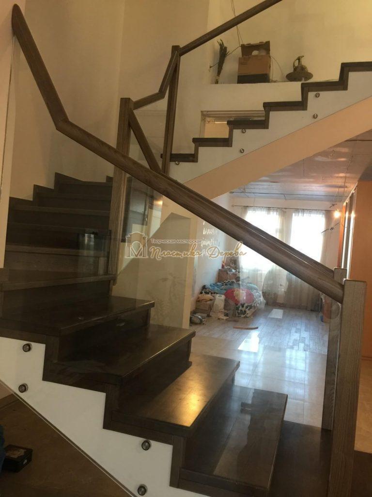 Фото 3 комбинированной лестницы со стеклянным ограждением