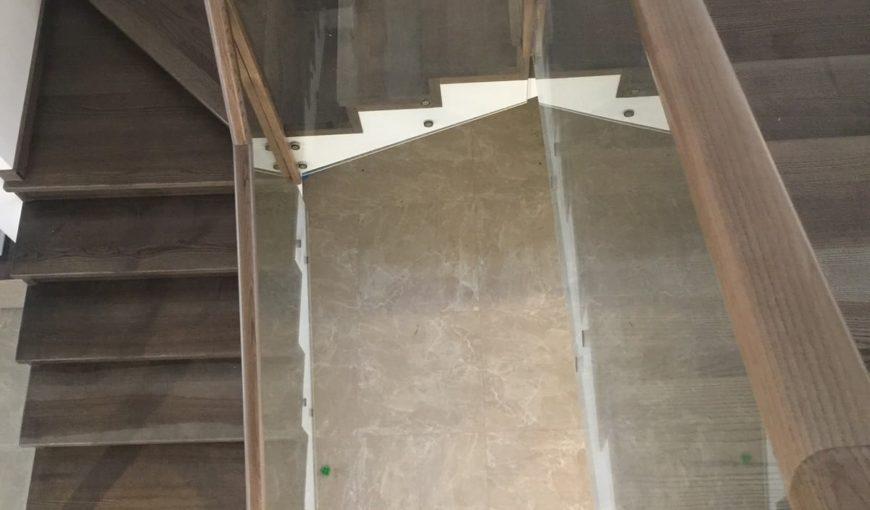 Фото комбинированной лестницы со стеклянным ограждением