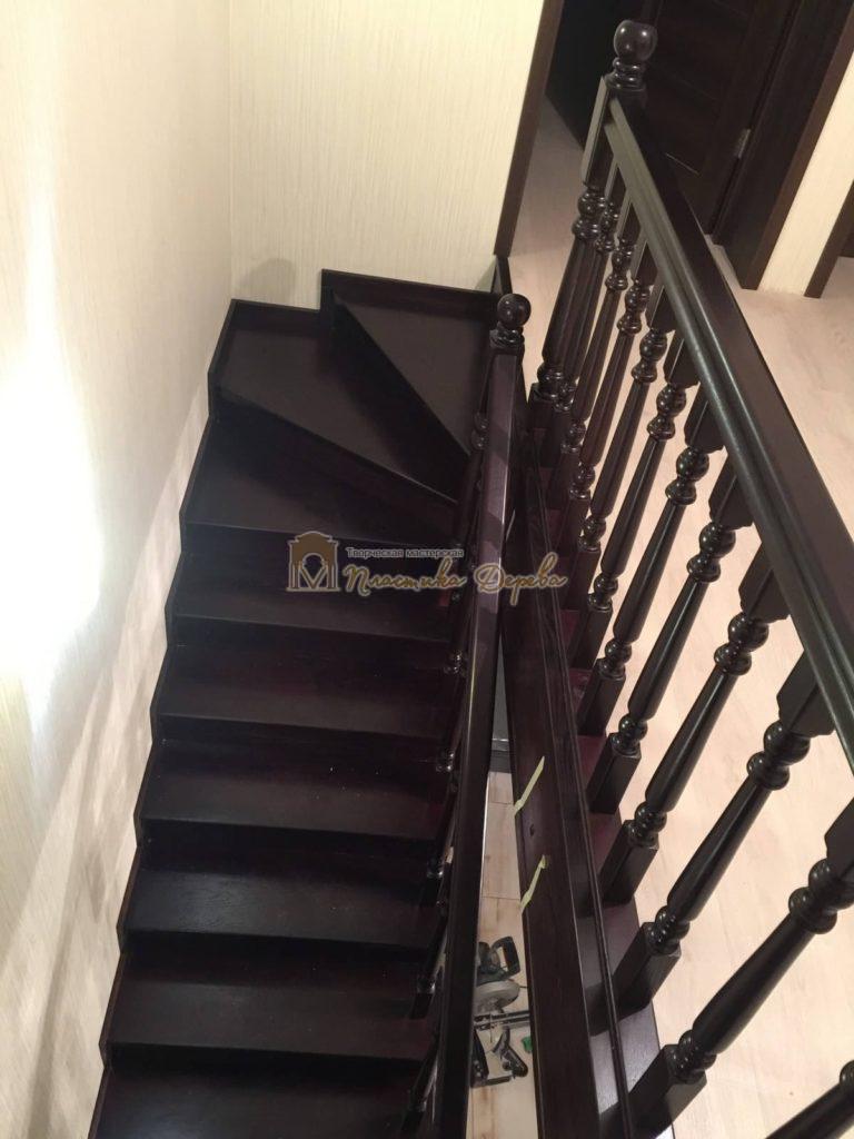 Фото 21 лестницы из ясеня с точоными балясинами