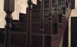 Лестница из ясеня с точоными балясинами (фото лестницы)