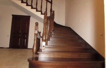 Деревянная лестница с подиумом (фото лестничной конструкции)