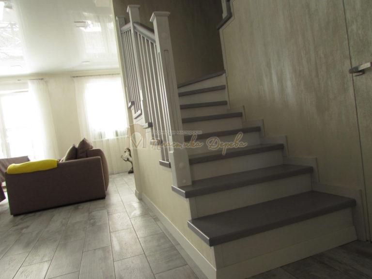 Фото 1 лестницы из ясеня с квадратными балясинами