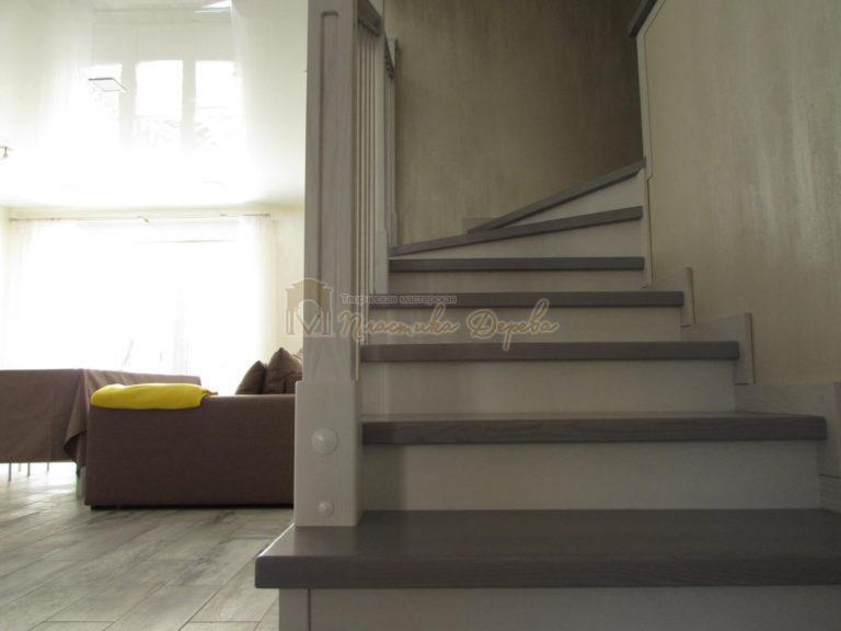 Фото 3 лестницы из ясеня с квадратными балясинами