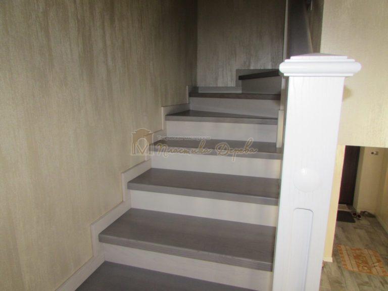 Фото 6 лестницы из ясеня с квадратными балясинами