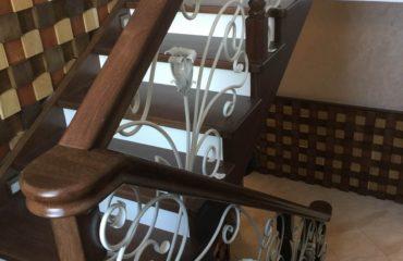 Лестница из дуба с ковкой (фото лестничной конструкции)