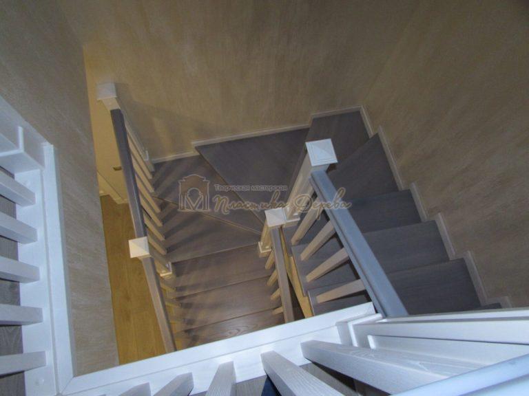 Фото 20 лестницы из ясеня с квадратными балясинами
