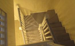 Лестница из ясеня с квадратными балясинами (фото лестницы)