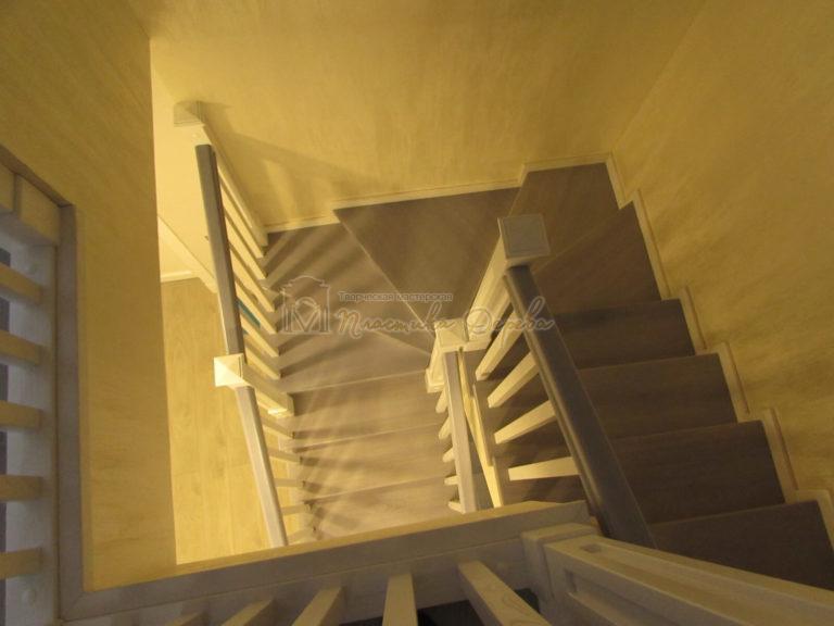 Фото 21 лестницы из ясеня с квадратными балясинами