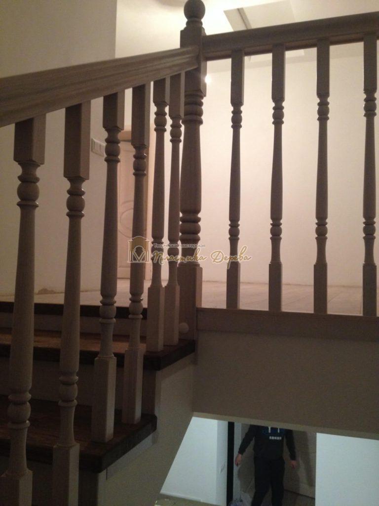 Фото 2 лестницы из дуба в стиле прованс