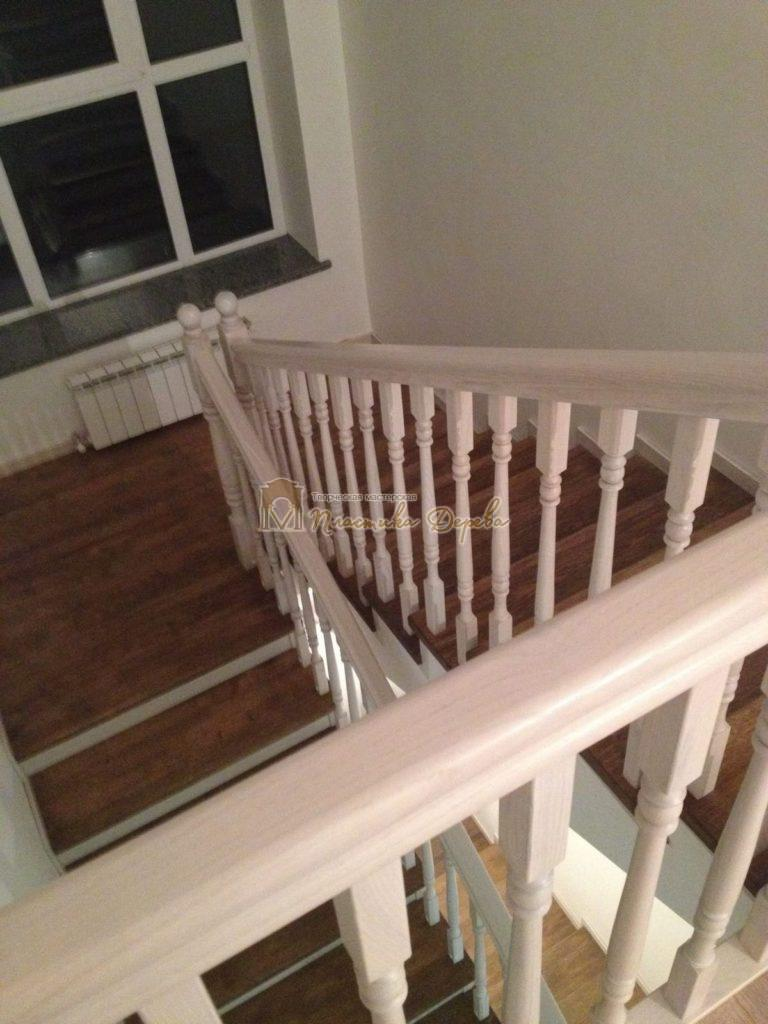Фото 4 лестницы из дуба в стиле прованс