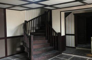Полувинтовая лестница из ясеня с гнутыми перилами (фото)
