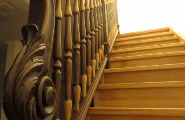 Лестница из дуба в испанском стиле (фото лестничной конструкции)