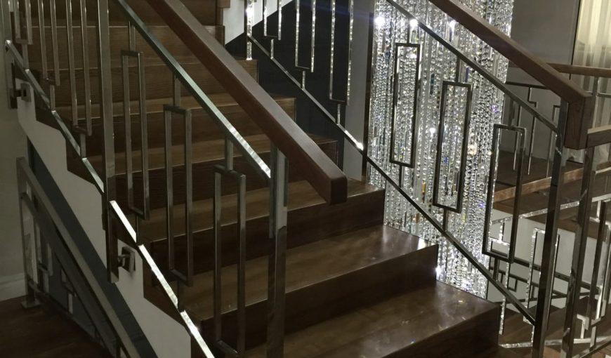 Лестница из ясеня с металлическим ограждением (фото конструкции)