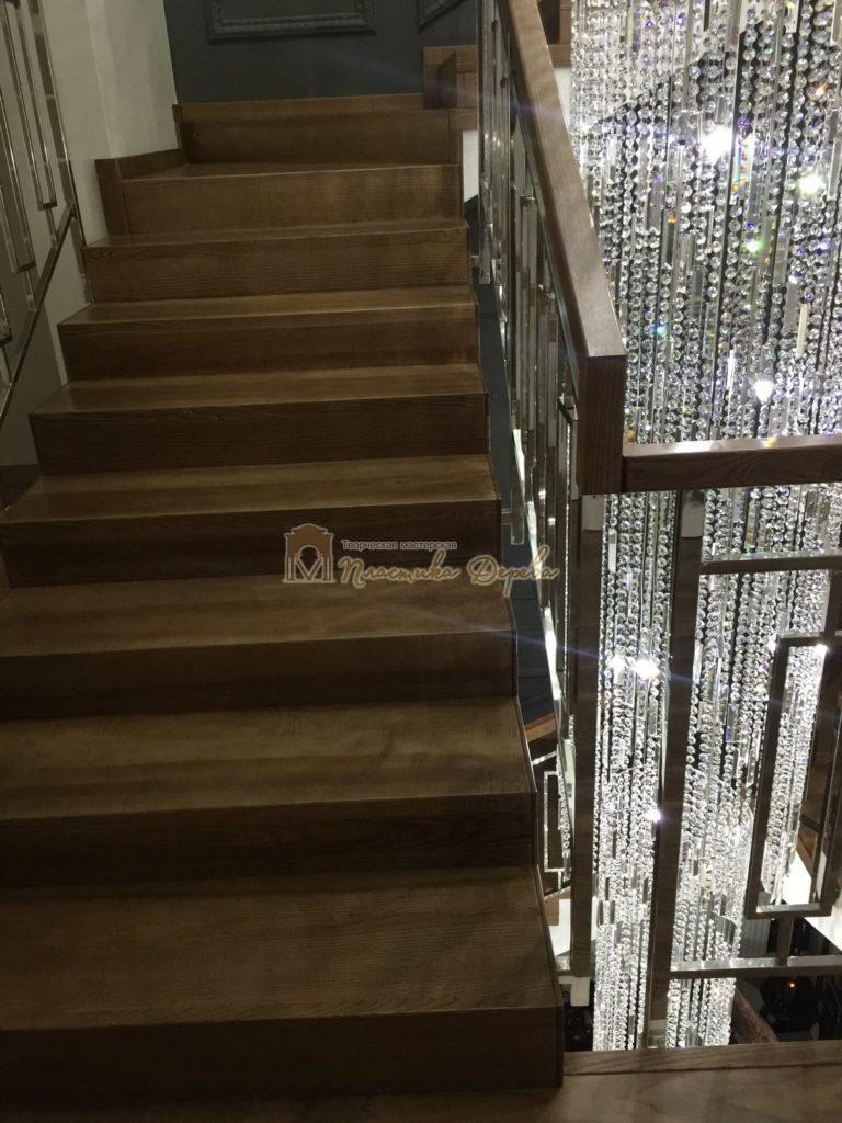 Фото 1 лестницы из ясеня с металлическим ограждением