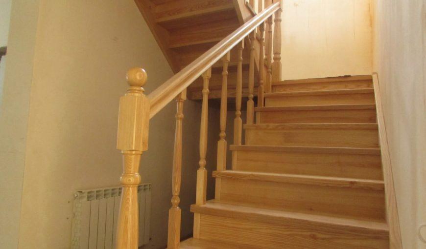 Лестница из ясеня под лак (фото лестничной конструкции)