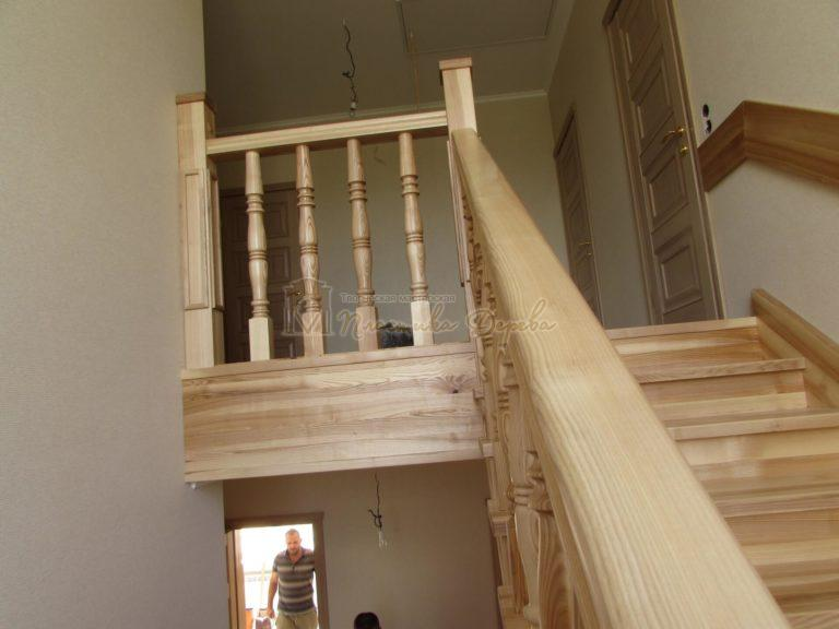 Фото 1 лестницы из ясеня с площадкой