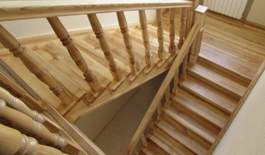 Лестница из ясеня с площадкой (фото проекта)