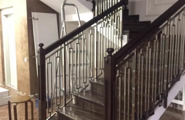 Лестница комбинированная с элементами из нержавеющей стали (фото лестницы)