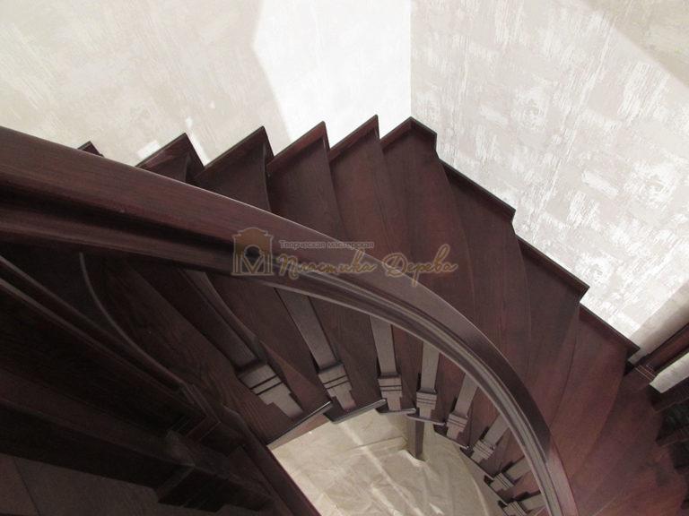 Полувинтовая лестница из ясеня (фото 14)