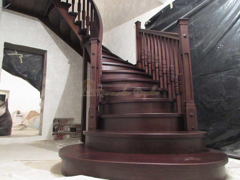 Полувинтовая лестница из ясеня (фото 16)