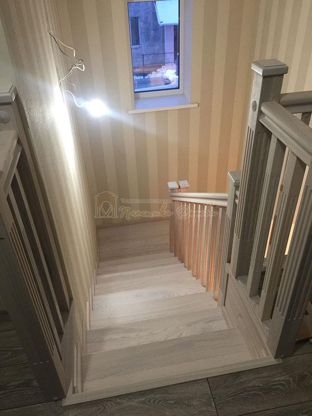 Металлическая лестница, обшитая ясенем (фото 1)
