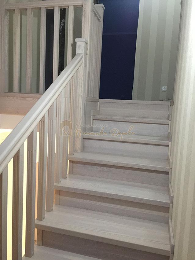 Металлическая лестница, обшитая ясенем (фото 3)