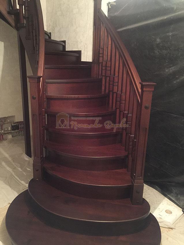 Полувинтовая лестница из ясеня (фото 1)
