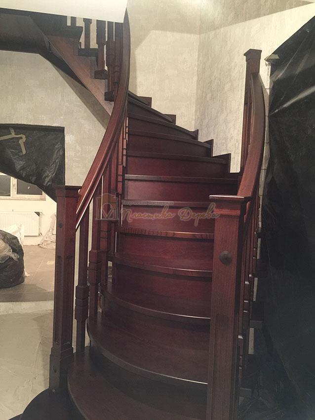 Полувинтовая лестница из ясеня (фото 2)