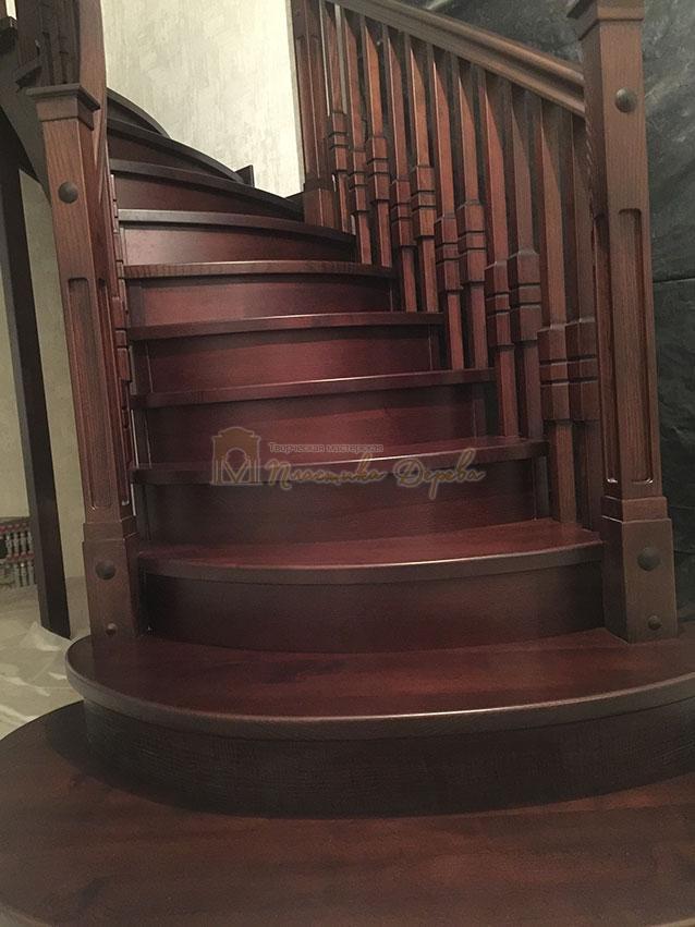 Полувинтовая лестница из ясеня (фото 3)