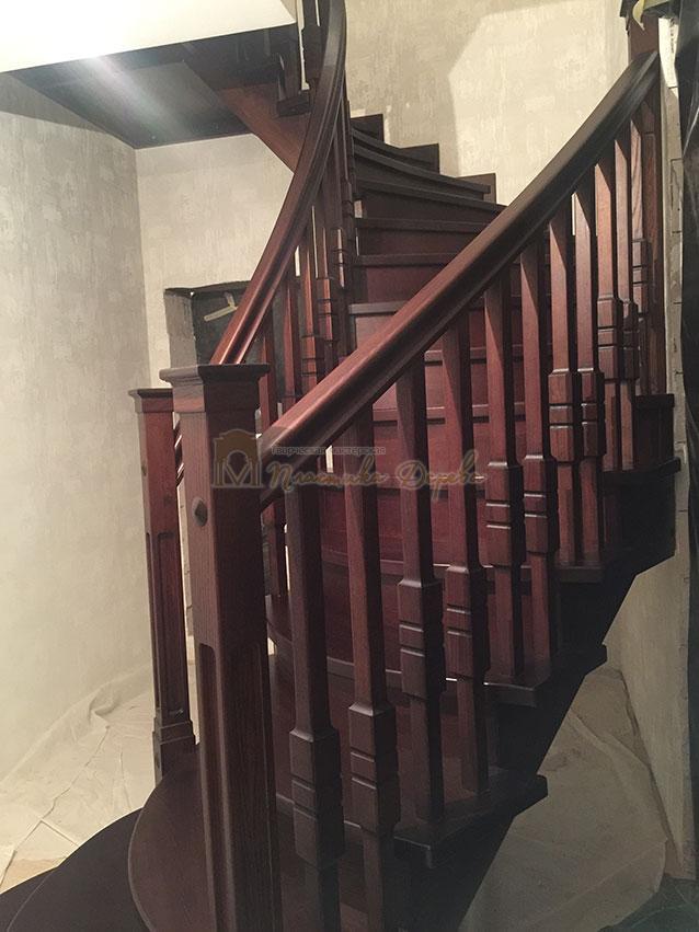 Полувинтовая лестница из ясеня (фото 4)