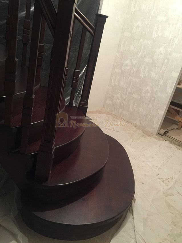 Полувинтовая лестница из ясеня (фото 5)