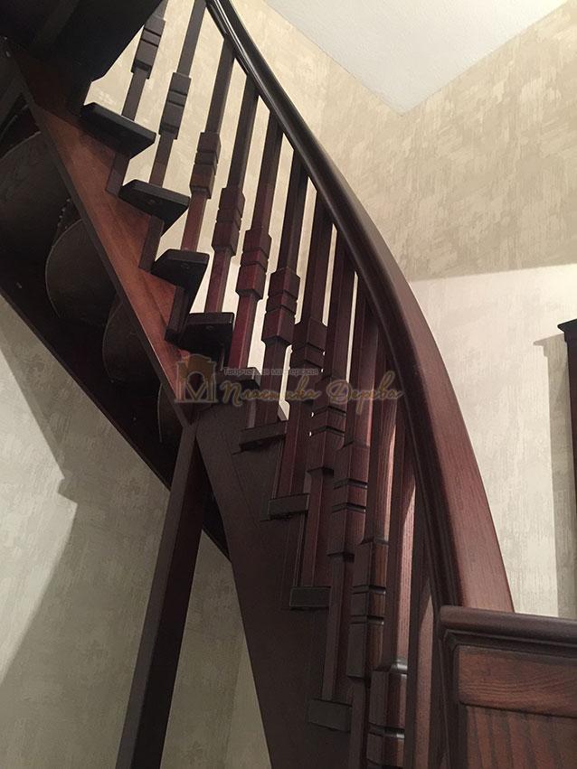 Полувинтовая лестница из ясеня (фото 7)