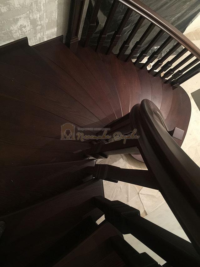 Полувинтовая лестница из ясеня (фото 8)