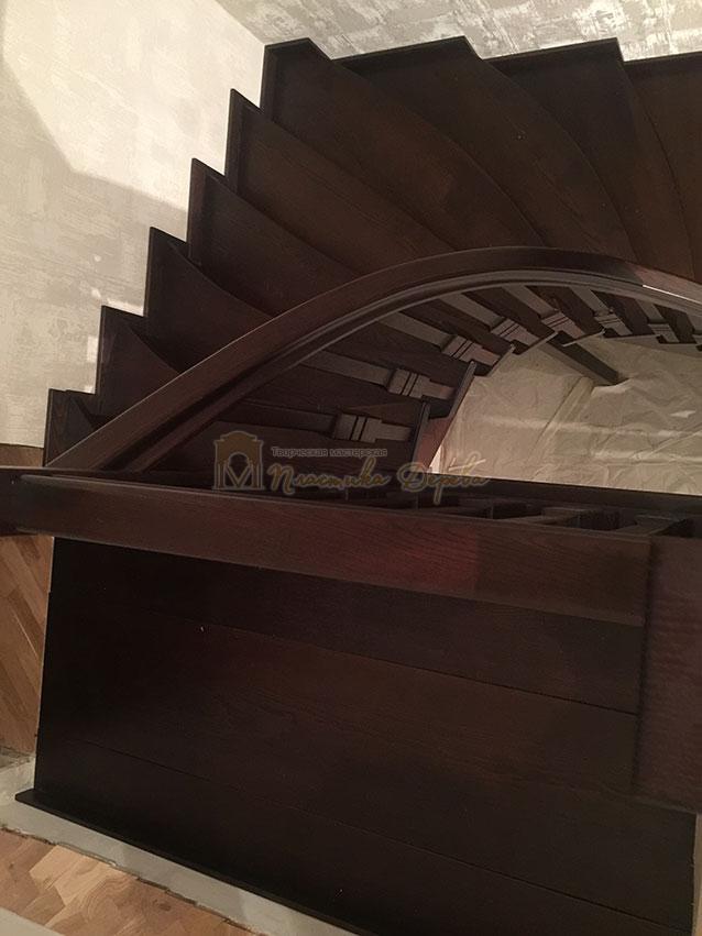 Полувинтовая лестница из ясеня (фото 9)