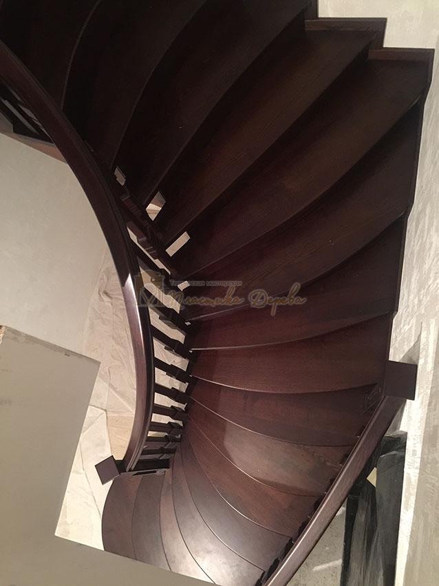 Полувинтовая лестница из ясеня (фото 10)