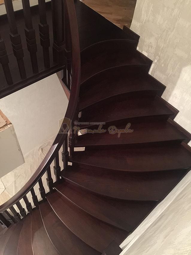 Полувинтовая лестница из ясеня (фото 11)