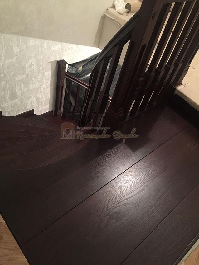 Полувинтовая лестница из ясеня (фото 12)