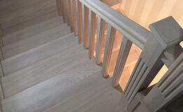Металлическая лестница, обшитая ясенем (фото лестницы)
