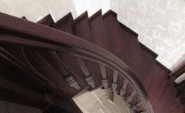 Полувинтовая лестница из ясеня (фото лестницы)