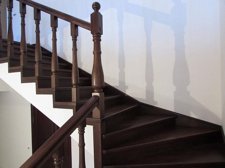 Фото деревянной лестницы с подиумом