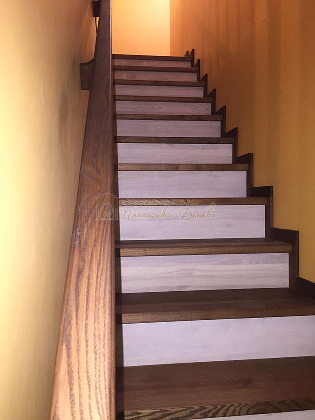 Обшивка ступенек деревом, марш между стен (фото 11)