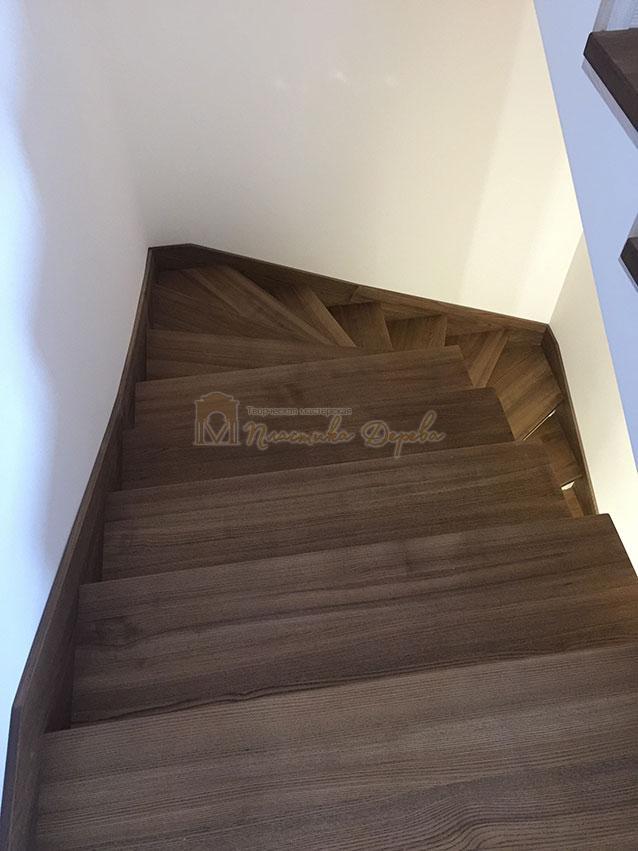 Лестница с белёсыми подступеньками (фото 4)