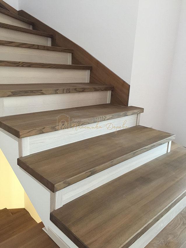 Лестница с белёсыми подступеньками (фото 6)