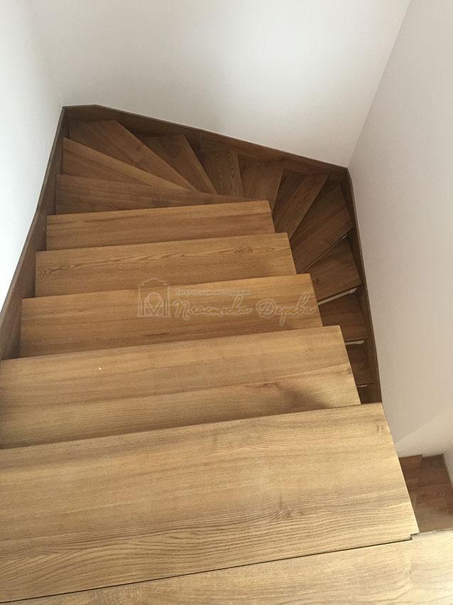 Лестница с белёсыми подступеньками (фото 7)
