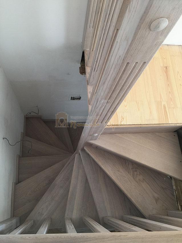 Винтовая лестница из дуба (фото 1)