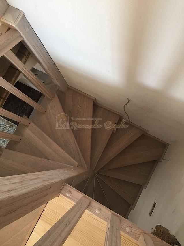 Винтовая лестница из дуба (фото 3)