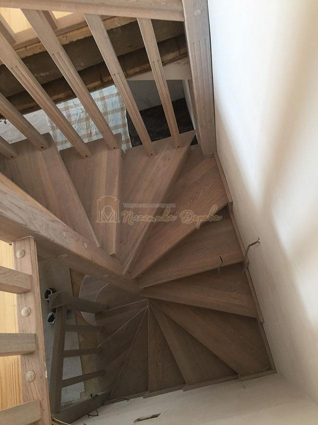 Винтовая лестница из дуба (фото 4)