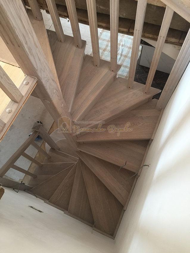 Винтовая лестница из дуба (фото 5)